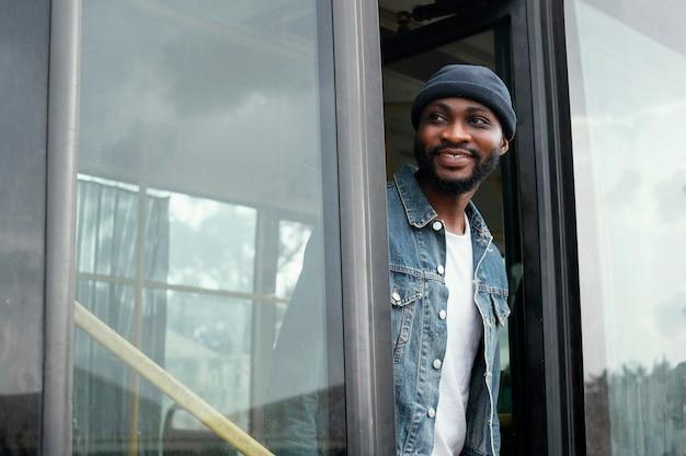 Homem sorridente com tiro médio no ônibus
