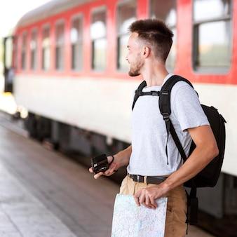 Homem sorridente com vista lateral com mapa