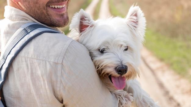 Homem sorridente de close-up com cachorro