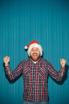 Homem sorridente de natal com chapéu de papai noel