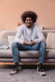 Homem sorridente de retrato jogando jogos