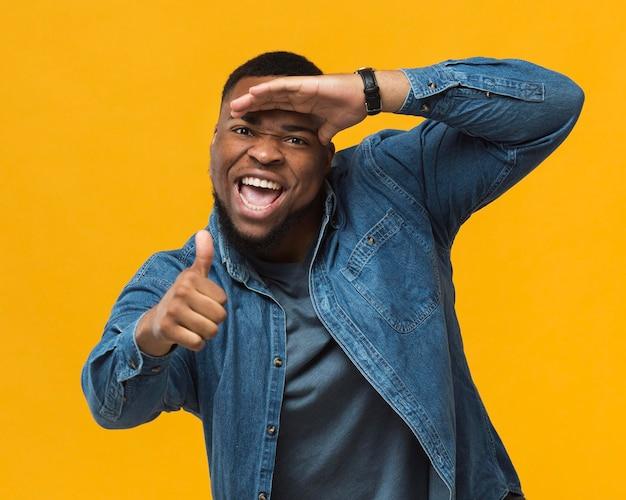 Homem sorridente de retrato mostrando sinal de ok