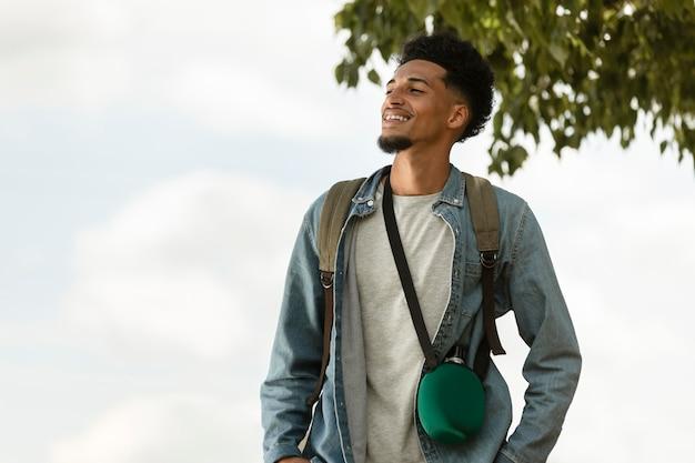 Homem sorridente de tiro médio ao ar livre