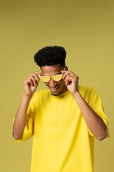 Homem sorridente de tiro médio com óculos de sol