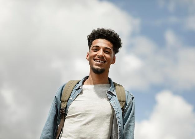 Homem sorridente de tiro médio posando
