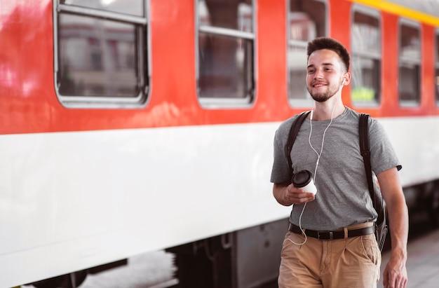 Homem sorridente de tiro médio usando fones de ouvido