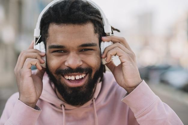 Homem sorridente, desgastar, fones