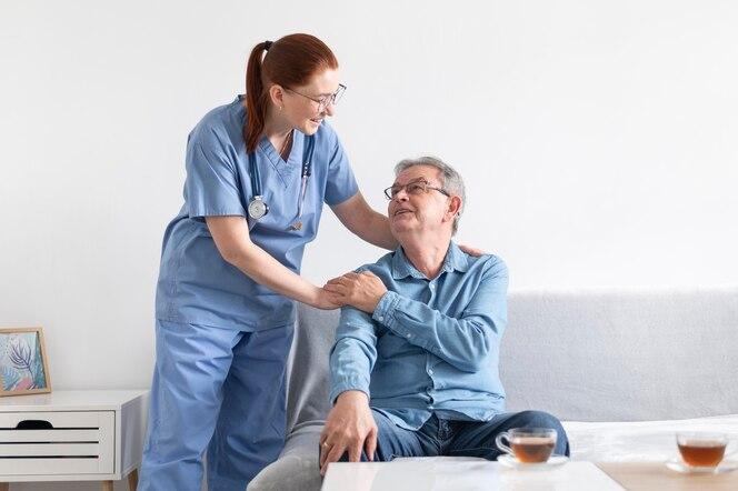 Homem sorridente e enfermeira de tiro médio
