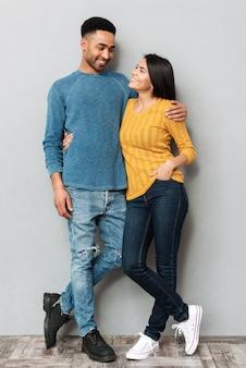 Homem sorridente e mulher bonita olhando um ao outro isolado