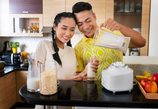 Homem sorridente e mulher na cozinha
