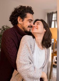 Homem sorridente e mulher olhando um para o outro