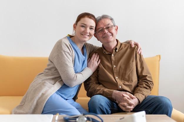 Homem sorridente e mulher posando juntos