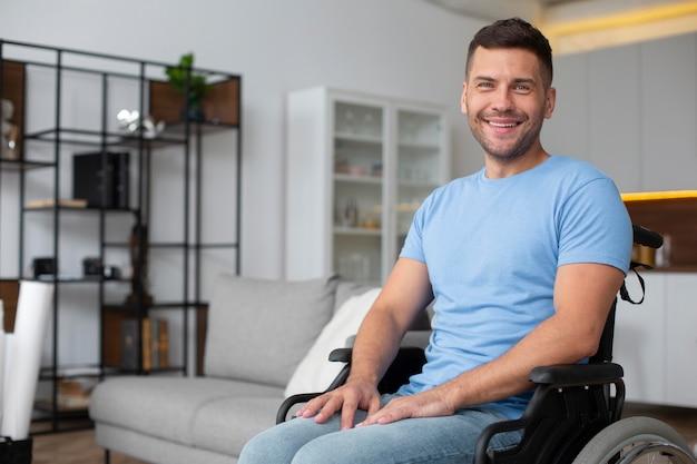 Homem sorridente em cadeira de rodas em tiro médio