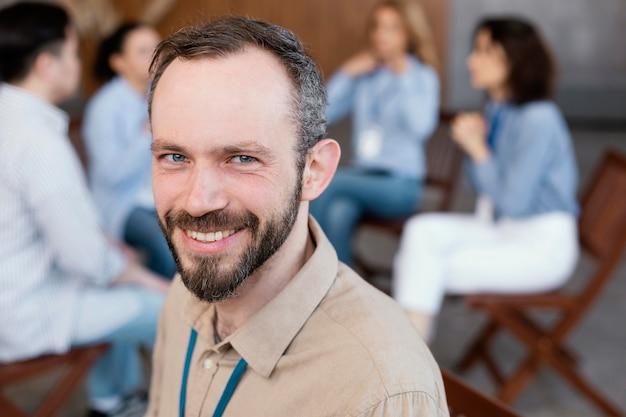 Homem sorridente em terapia de perto