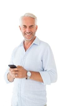 Homem sorridente, enviando uma mensagem de texto no fundo branco