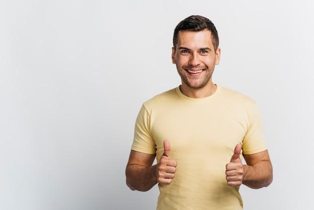 Homem sorridente, gostando de uma idéia com espaço de cópia