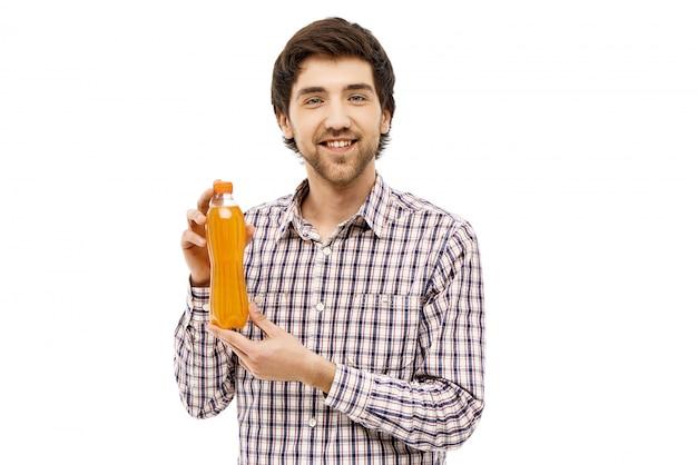 Homem sorridente, mostrando seu refrigerante favorito