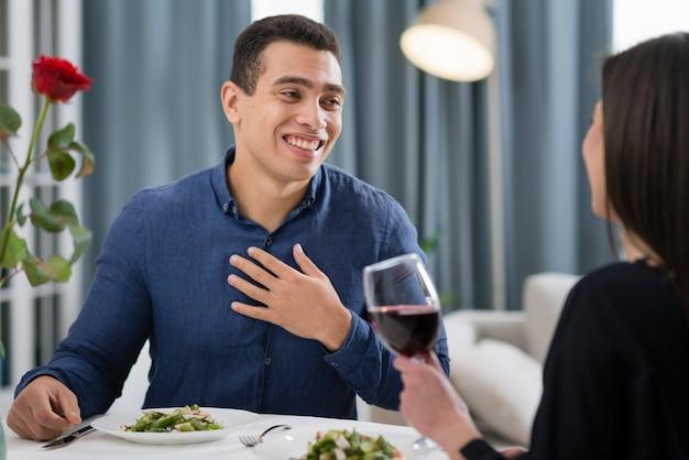 Homem sorridente, olhando com amor para sua namorada