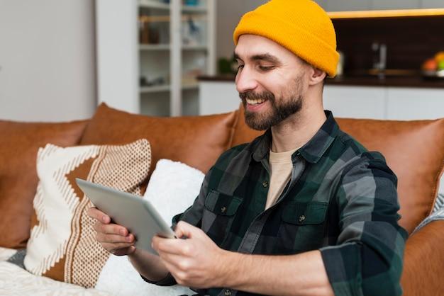 Homem sorridente, olhando uma fotografia