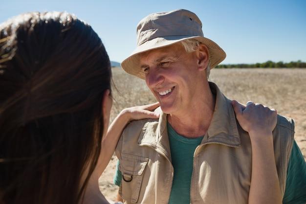 Homem sorridente, olhar, mulher, ligado, campo