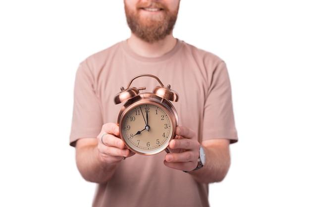 Homem sorridente segurando a arte do despertador das oito horas