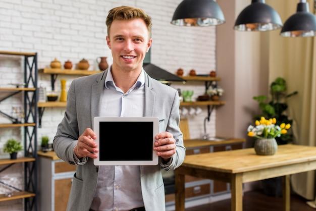 Homem sorridente segurando maquete de tablet