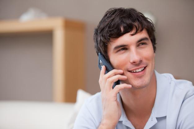 Homem sorridente, telefone