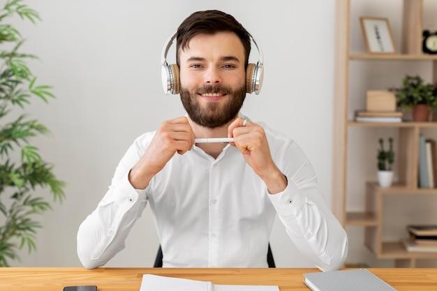 Homem sorridente usando fones de ouvido