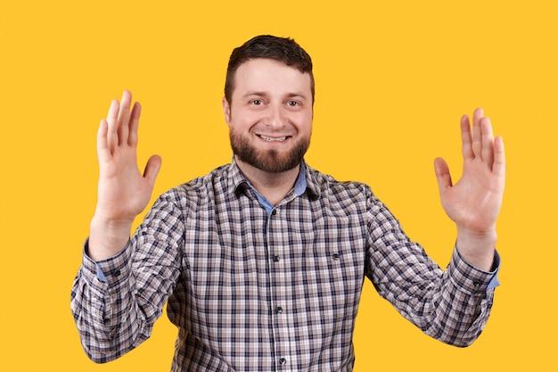 Homem sorrindo e empurrando o tamanho com as mãos.