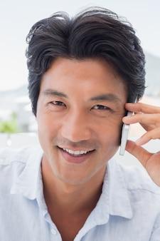 Homem sorrindo no telefone