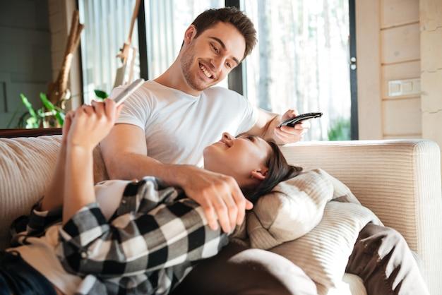 Homem sorrindo para sua mulher