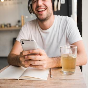 Homem, sorrindo