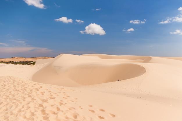 Homem sozinho no deserto. as dunas brancas - marco perto de mui ne, binh thuan, vietname.