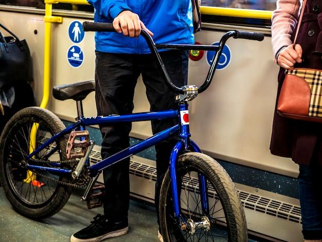 Homem, stanidng, em, a, transporte público, autocarro, com, a, bicicleta