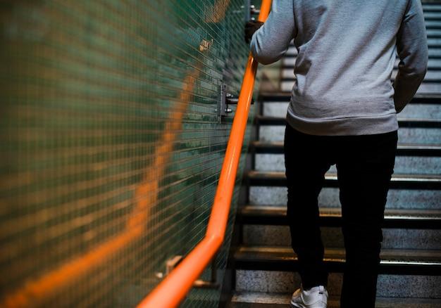 Homem subindo algumas escadas