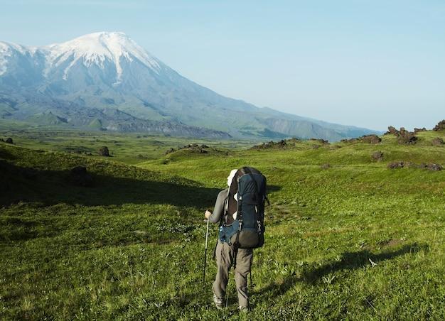 Homem subindo na montanha