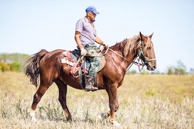 Homem sujo cavalga uma égua velha