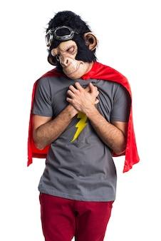 Homem super-herói do macaco com dor no coração