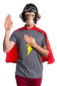 Homem super-herói do macaco fazendo um juramento