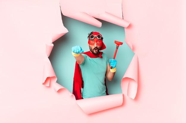 Homem super-herói louco feliz e orgulhoso do conceito de limpeza