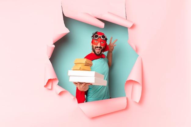 Homem super-herói louco, feliz e orgulhoso, leva embora o conceito de fast food