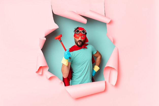 Homem super-herói louco feliz e surpreso expressão conceito de limpeza