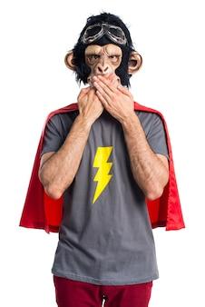 Homem super-herói que cobre a boca