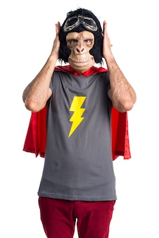 Homem super-herói que cobre seus ouvidos