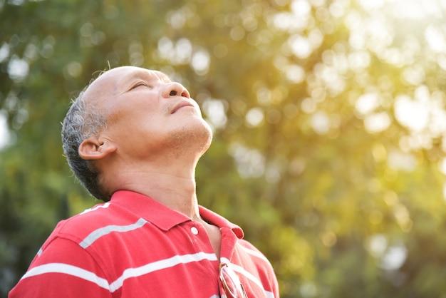 Homem superior que respira o ar fresco.