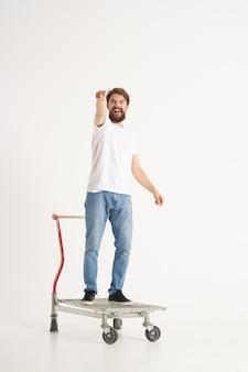 Homem supermercado estilo de vida divertido fundo isolado