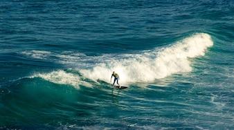 Homem, surfista, montando, ligado, seu, surfboard, ligado, a, ondas, em, verão