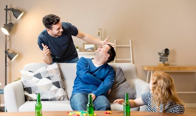 Homem surpreende amigos em casa