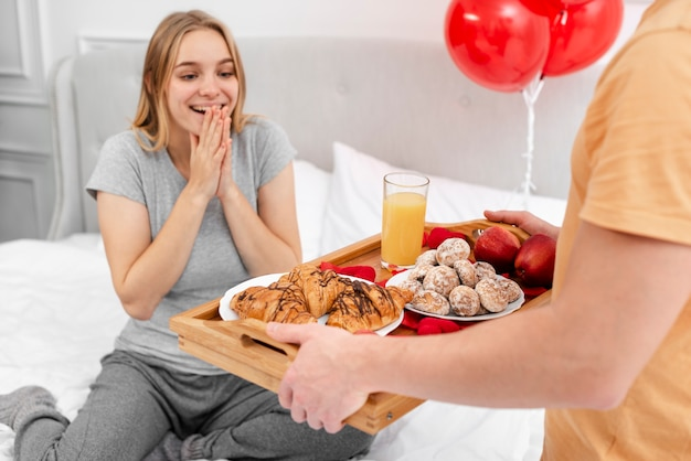 Homem surpreendente do close-up mulher com café da manhã