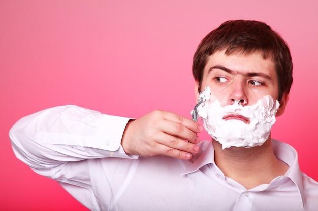 Homem surpreendido barbear isolado